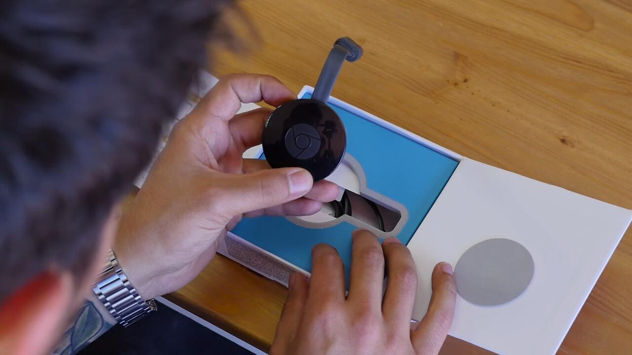 google chromecast 2 en la mano