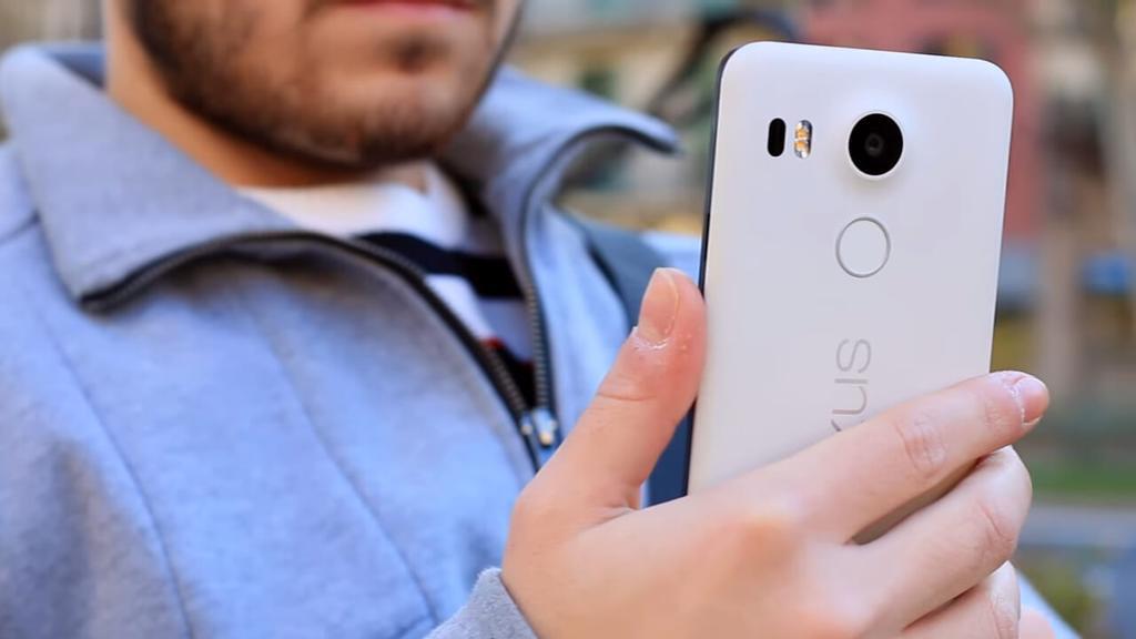 Teléfono Nexus 5X en mano