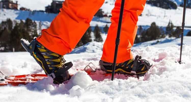 Nieve con esquís y botas