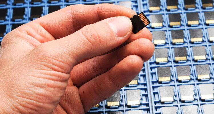 Tarjeta microSD en mano