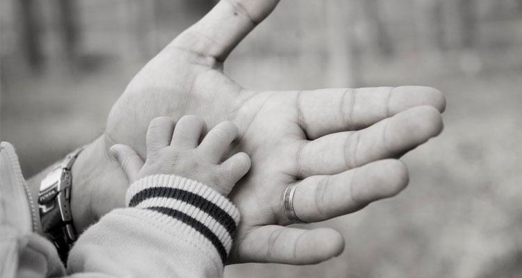 Man de padre e hijo en blanco y negro