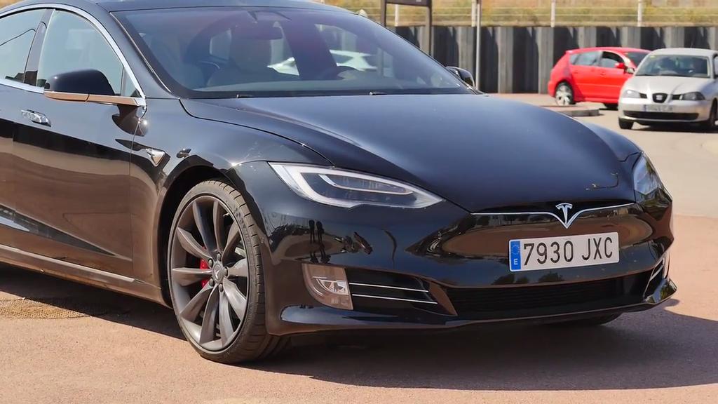 Imagen frontal del Tesla Model S P100D