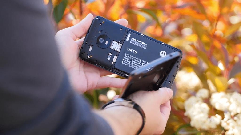Teléfono Moto G5 abierto