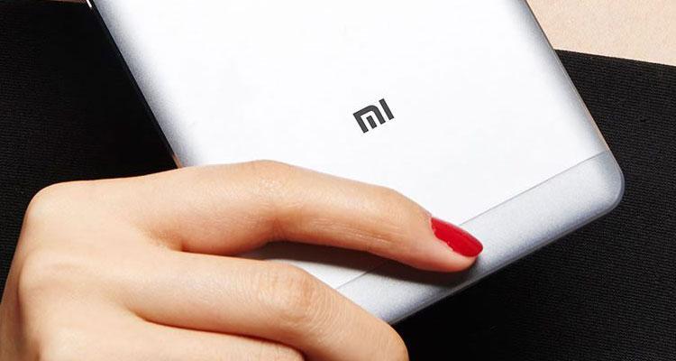 Logotipo de Xiaomi en smartphone
