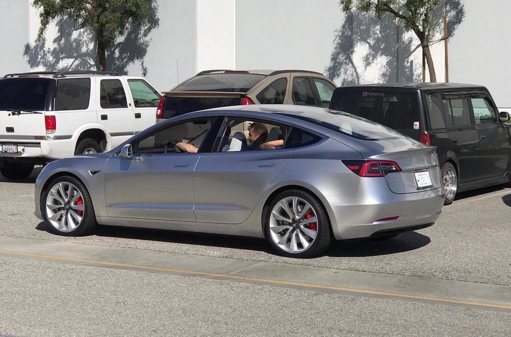 Tesla Model 3 plata