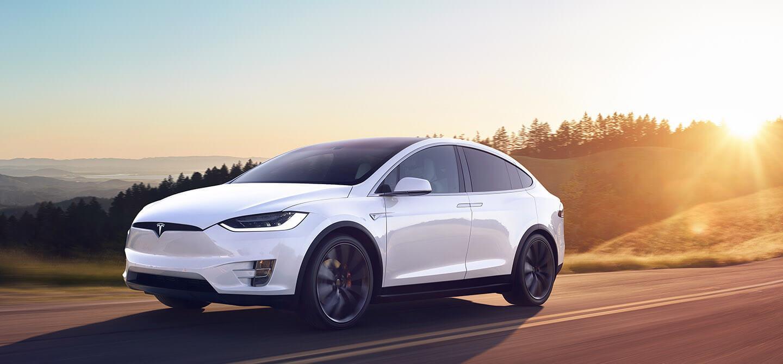 Coche Tesla Model X SUV rodando