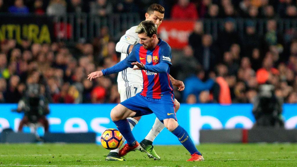 Messi y Cristiano en un lance del juego