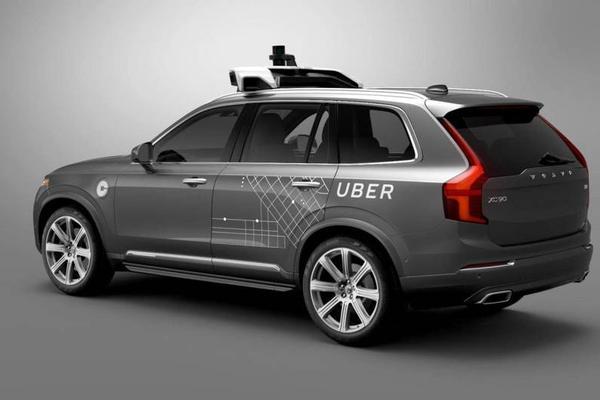 Coche autónomo de Uber de color gris