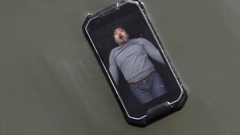 AMG X2 flotando en el agua