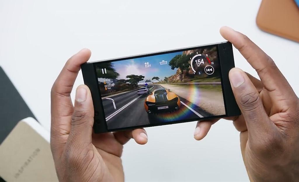 Jugando con un teléfono de Xiaomi