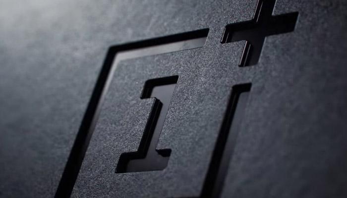 Logotipo serigrafiado de OnePlus