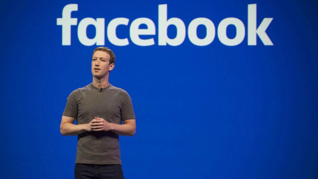 Mark Zuckerberg creador de Facebook con fondo azul
