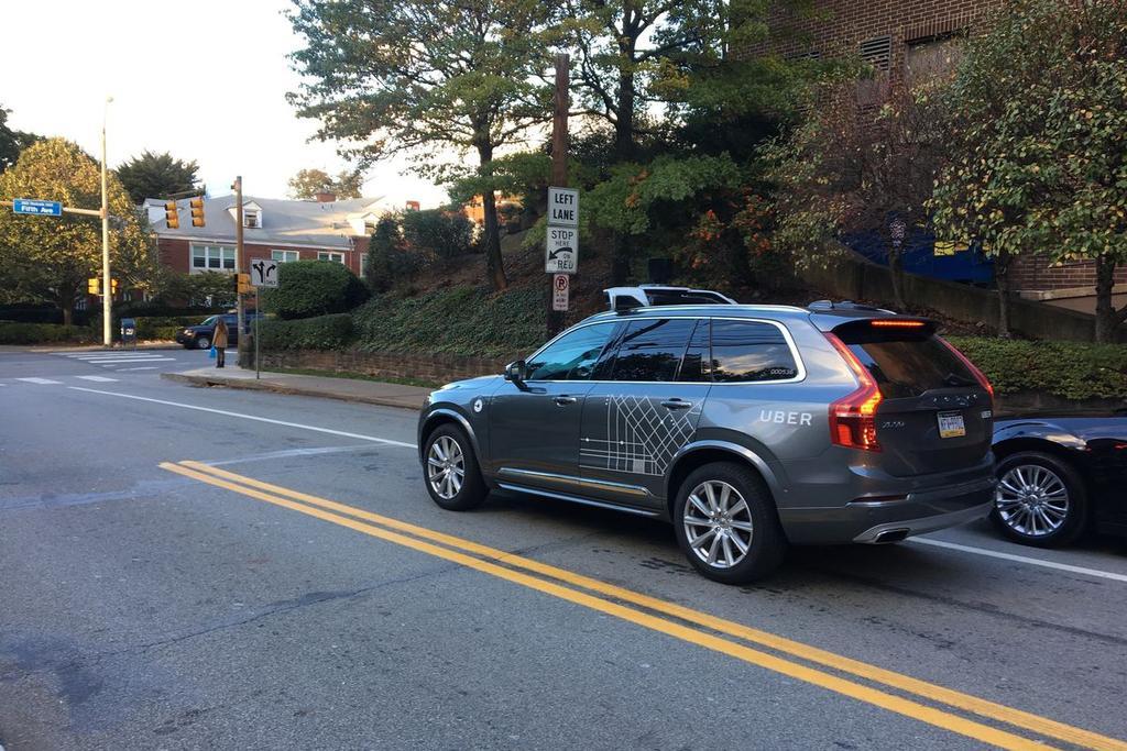 Coche autónomo de Uber Volvo XC90 circulando en EEUU