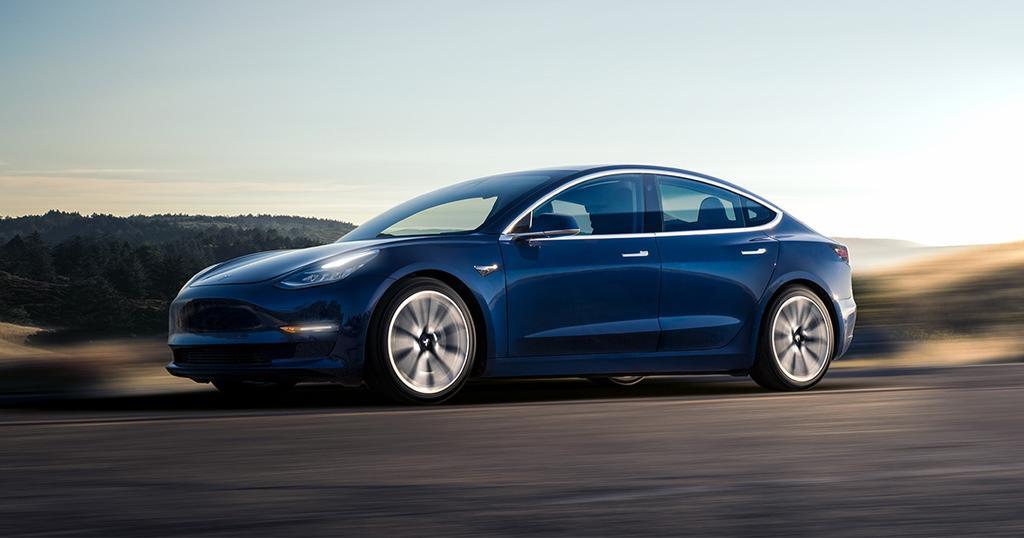 Tesla Model 3 de color azul