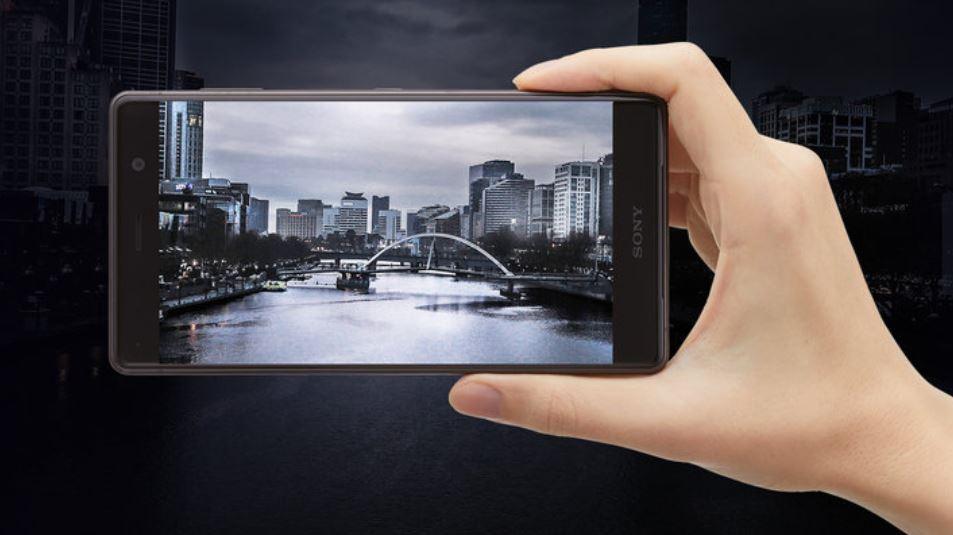 Sony Xperia XZ2 Premium en la mano y fondo negro