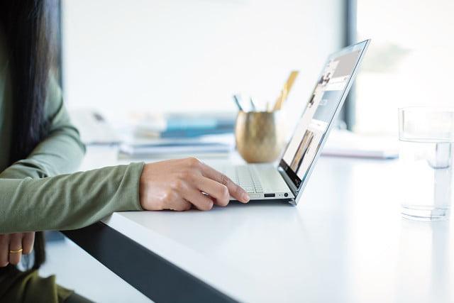 Uso del portátil HP Envy 13 en una mesa