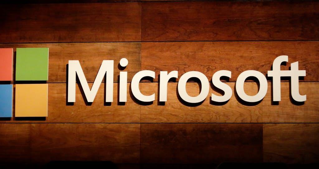 Logotipo de Microsoft con fondo de madera