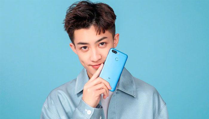 teléfono Xiaomi Redmi 6 en la mano