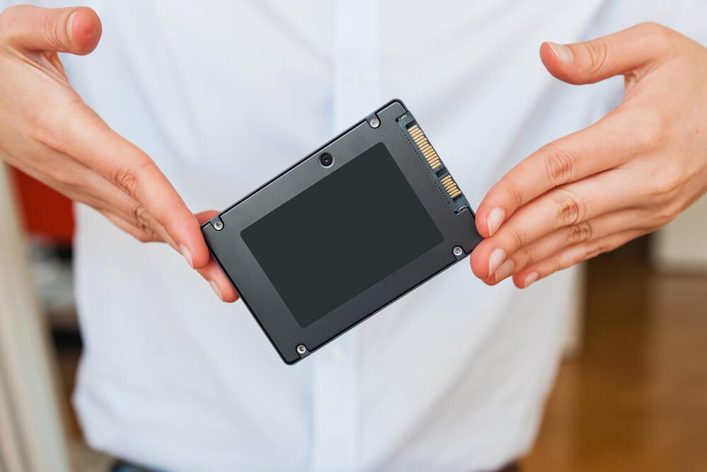 Discos SSD en oferta en la mano