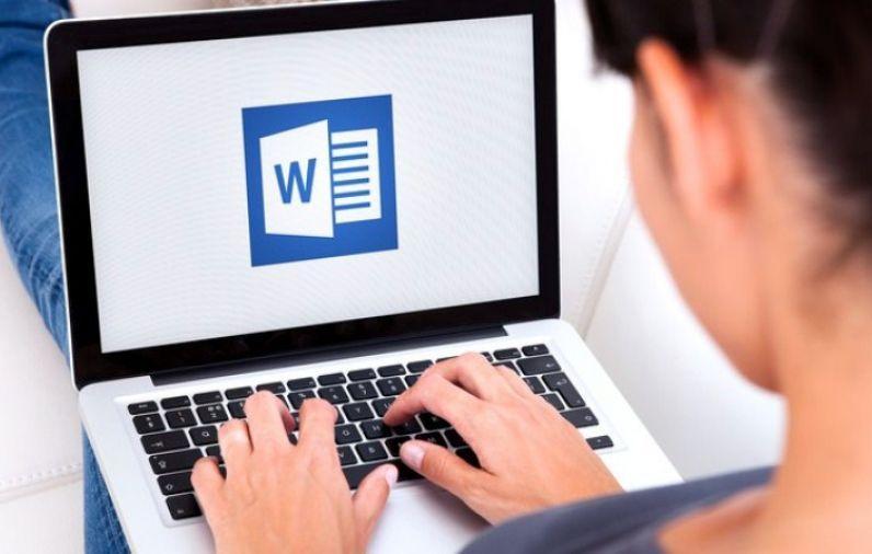 Logotipo de Word en un portátil