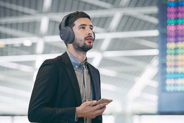 Auriculares de Sony inalámbricos en uso
