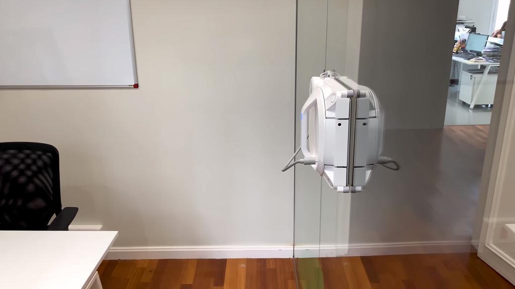 Robot limpiacristales en funcionamiento