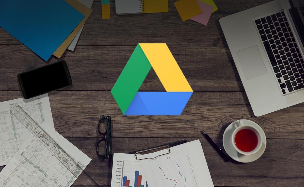 Logotipo de Google Drive con fondo de oficina