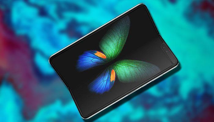 Samsung Galaxy Fold con fondo azul