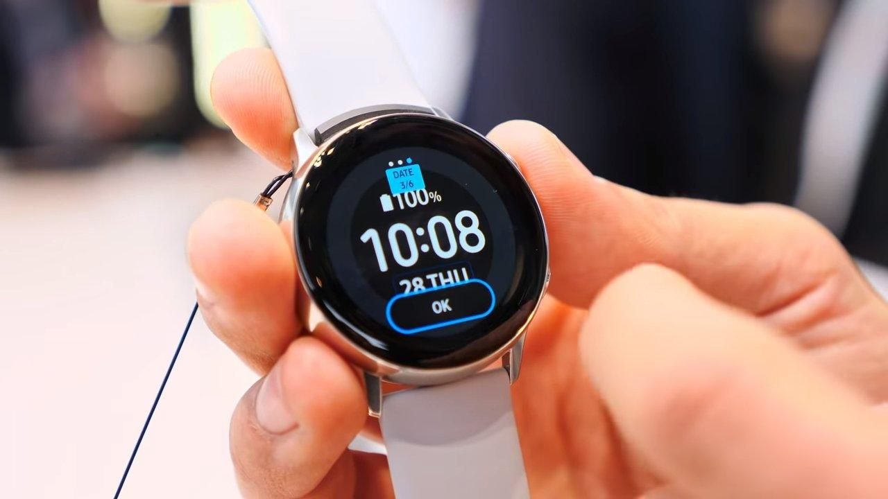 Smartwatch Samsung Galaxy Watch Active en mano