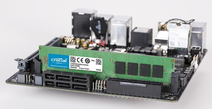 Memoria RAM instalada en placa de Crucial