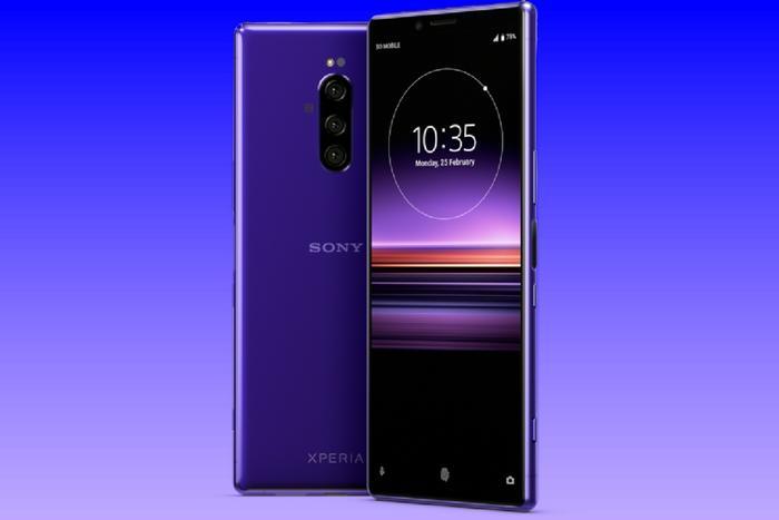 Sony Xperia XZ4 de color púrpura con fondo azul