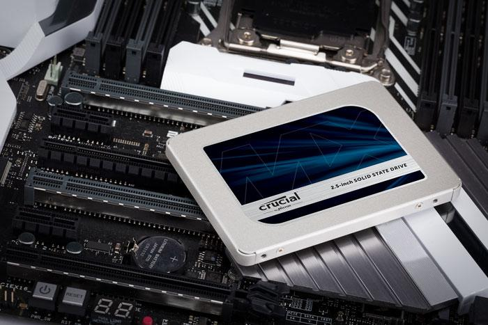 Disco SSD de Crucial en placa base