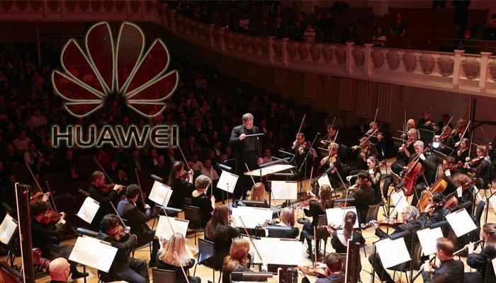 Orquesta con logo Huawei de fondo
