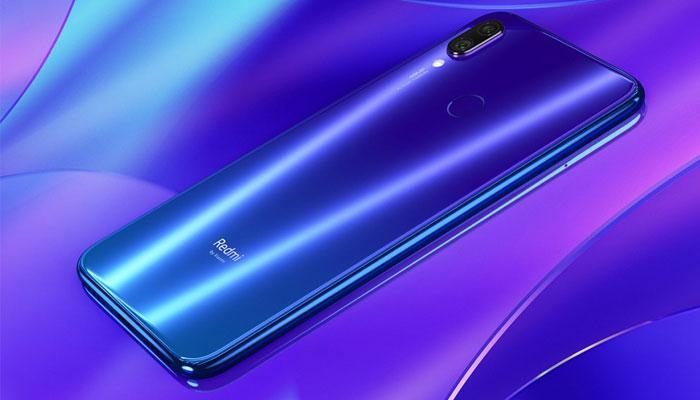 Teléfono Redmi Note 7 con fondo azul