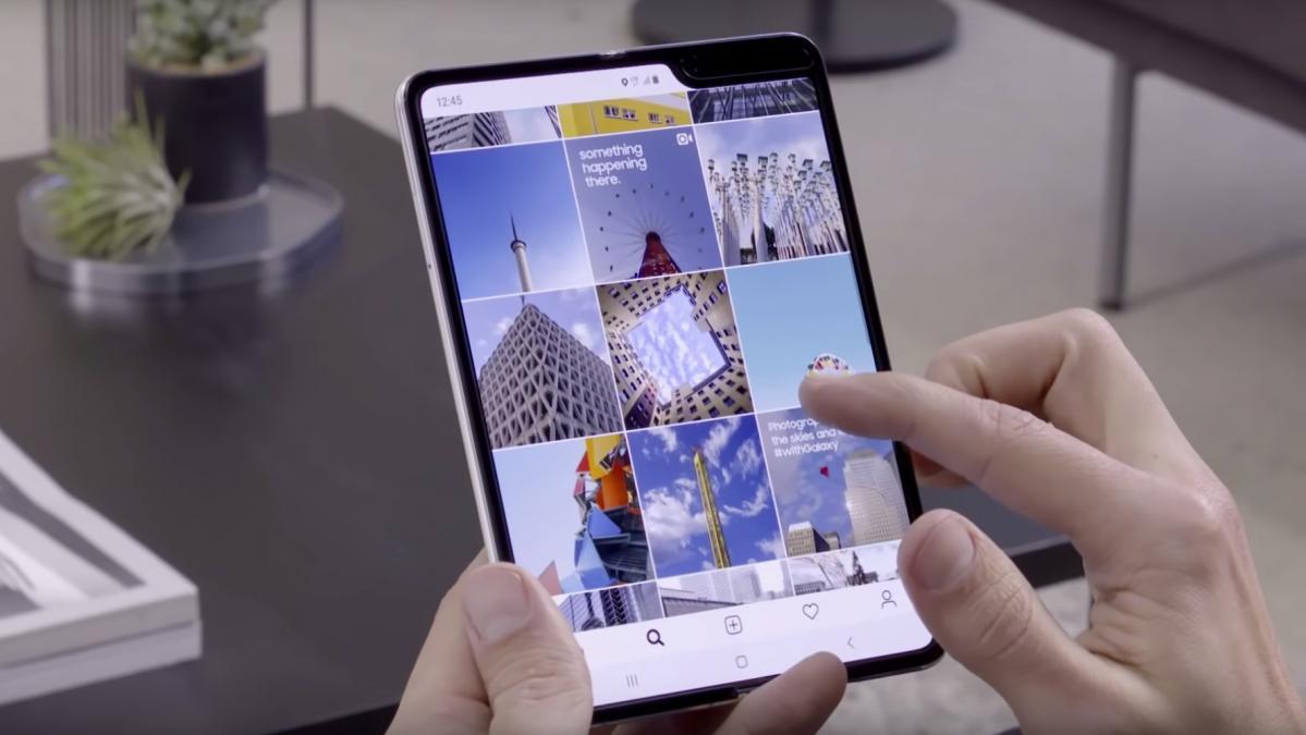 Teléfono Samsung Galaxy Fold en uso