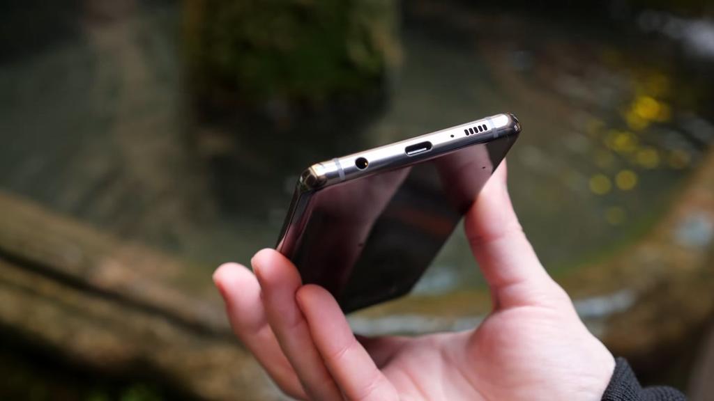 Samsung Galaxy S10+ por debajo