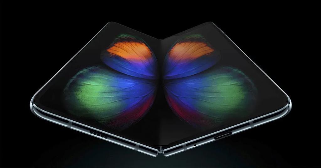 Teléfono Samsung Galaxy Fold con fondo negro