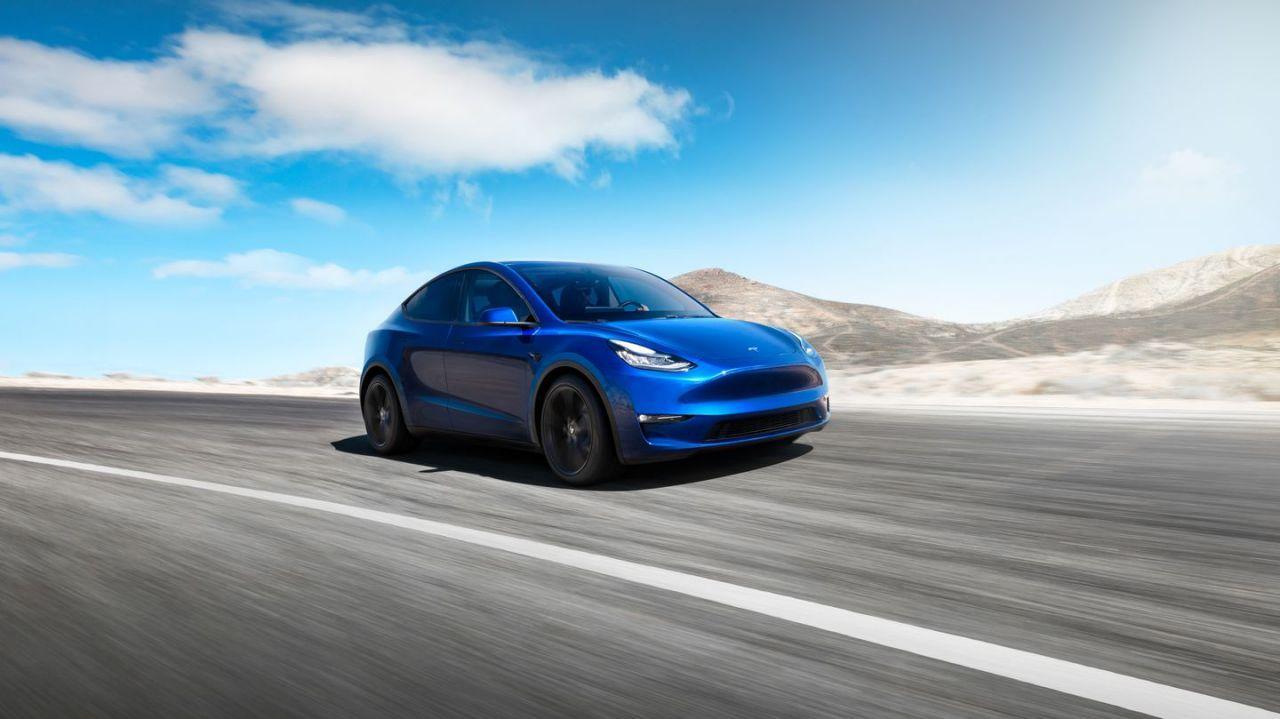 Nuevo Tesla Model Y en carretera