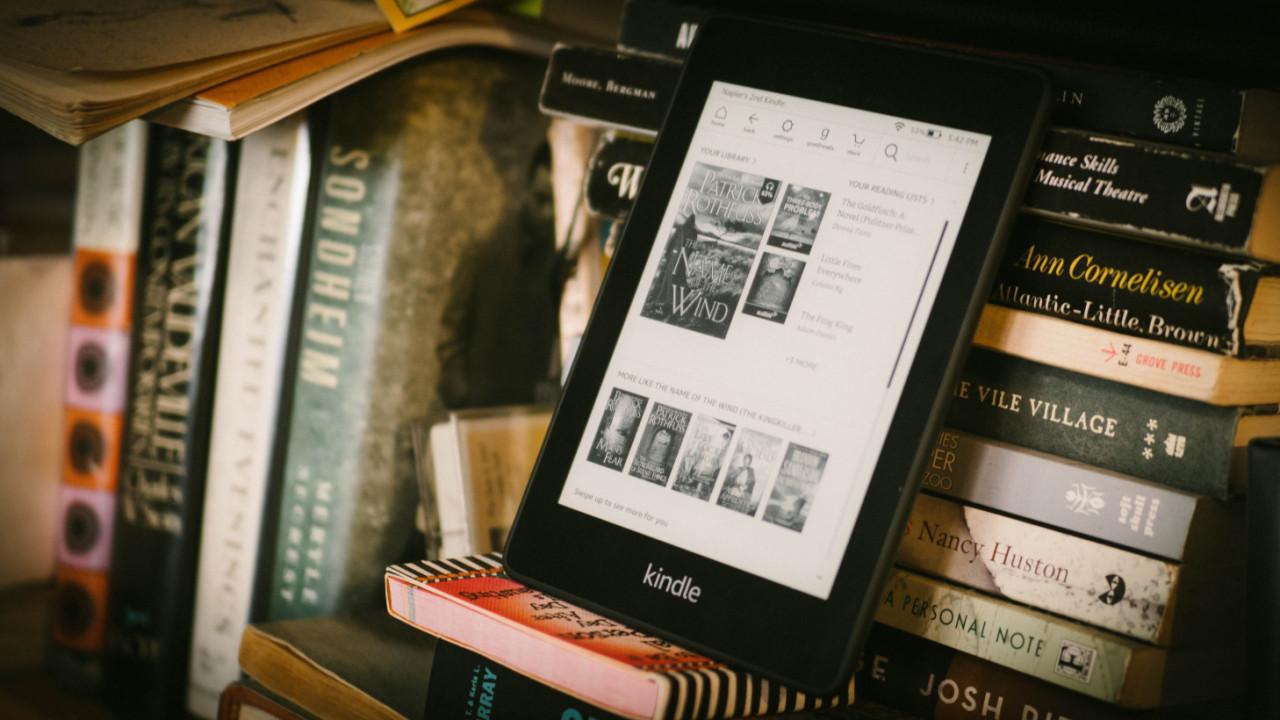 Libro electrónico Kindle en estantería