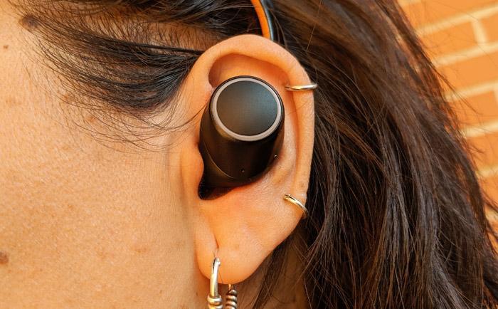 Auriculares Creative Outlier Air en uso
