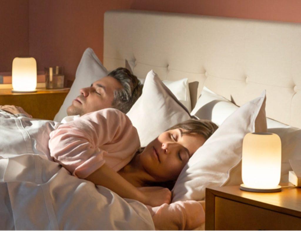 Uso de lámparas inteligentes en un dormitorio