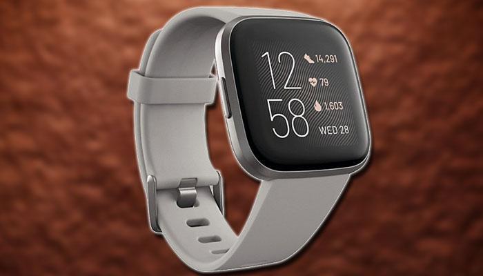Smartwatch Fitbit Versa 2 con fondo naranja