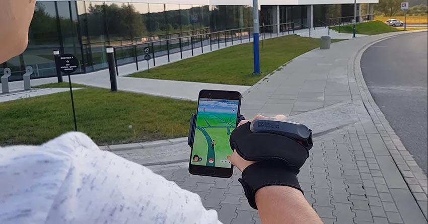 Usuario jugando a Pokémon Go con NGC en la calle