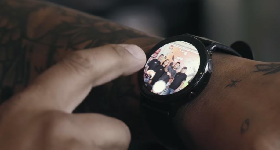 Usuario usando Camera Controller en su Galaxy Watch Active