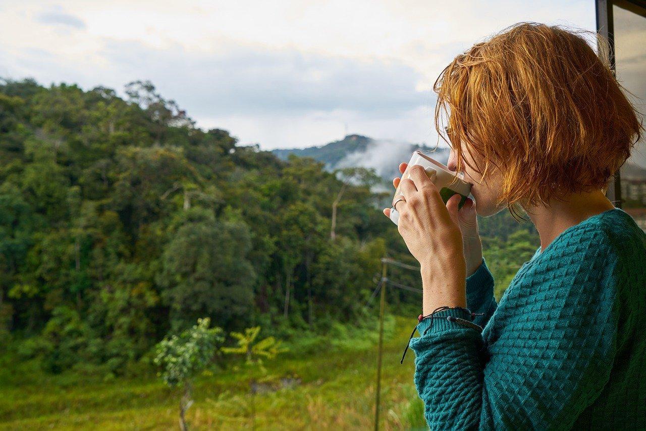 Mujer frío taza cafe