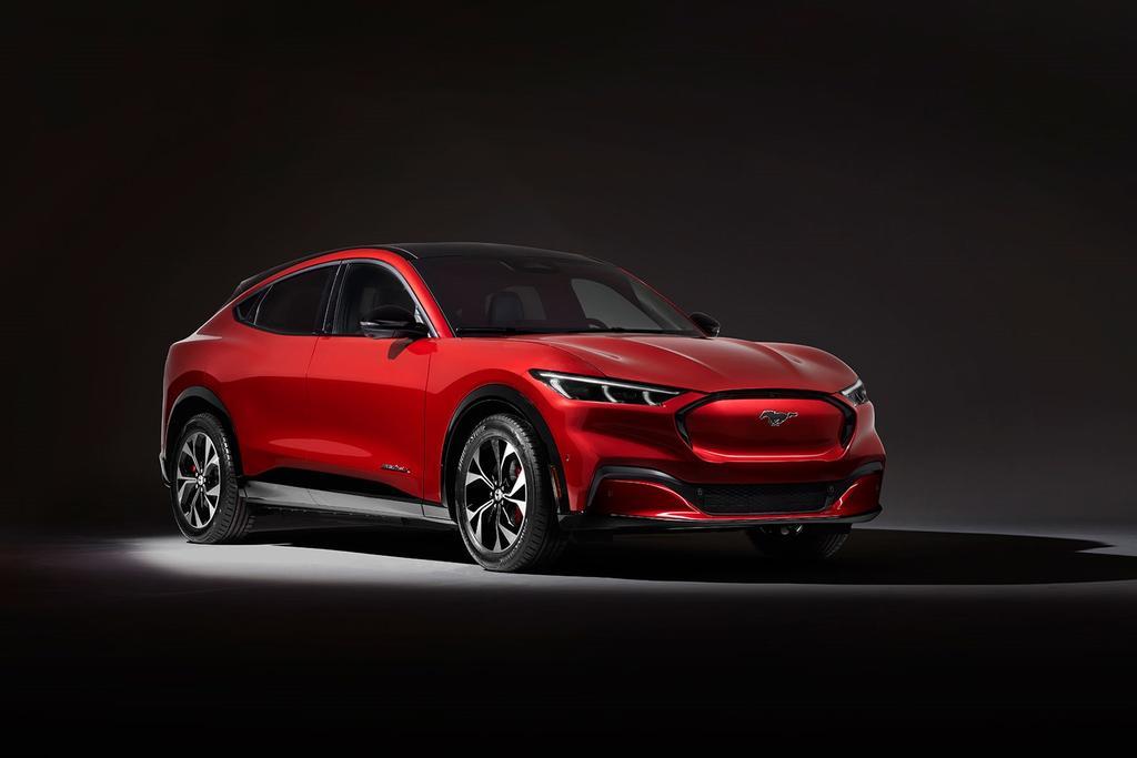 Mustang Mach-E por delante