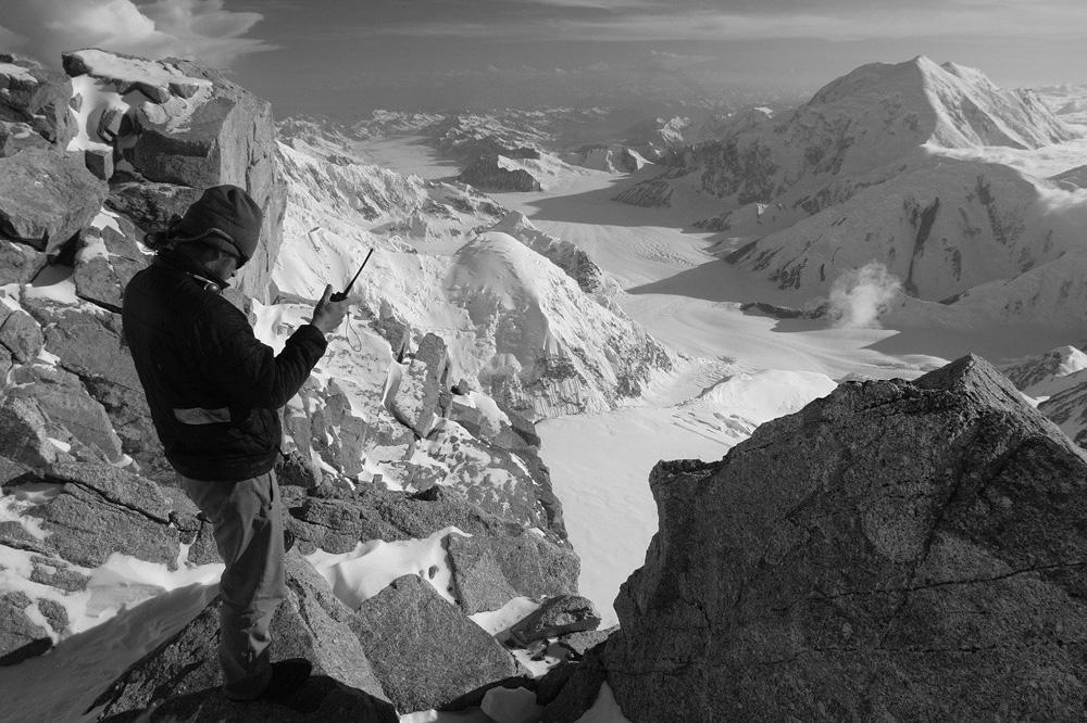 Uso Walkie Talkie en una montaña
