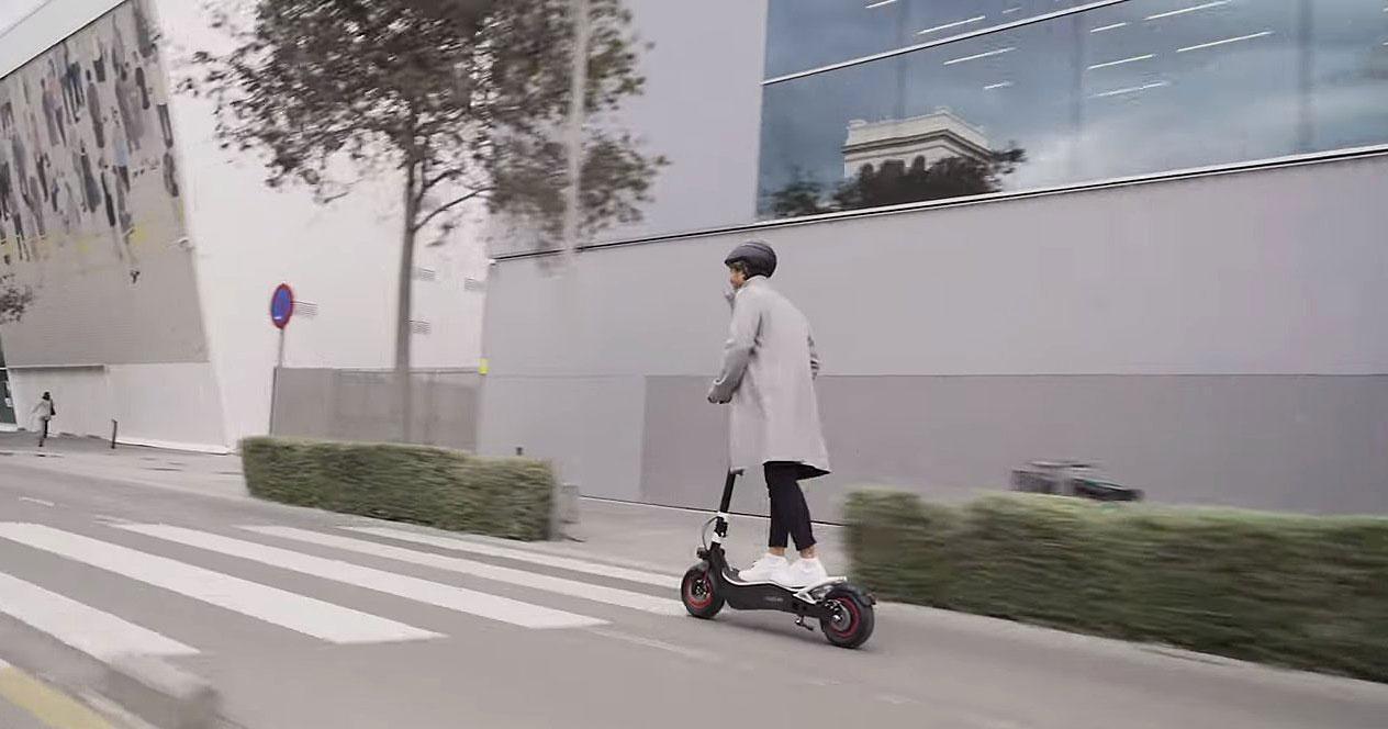 Conducir patinete eléctrico Cecotec Bongo Serie Z