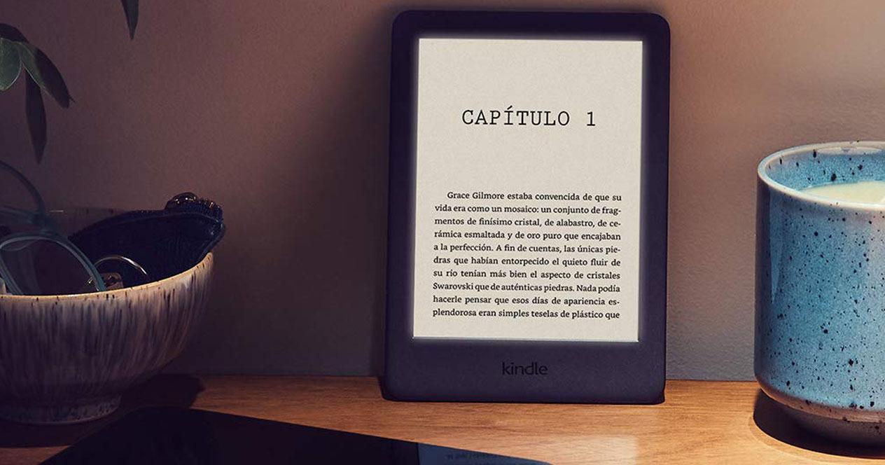 Libro electrónico apoyado en la pared