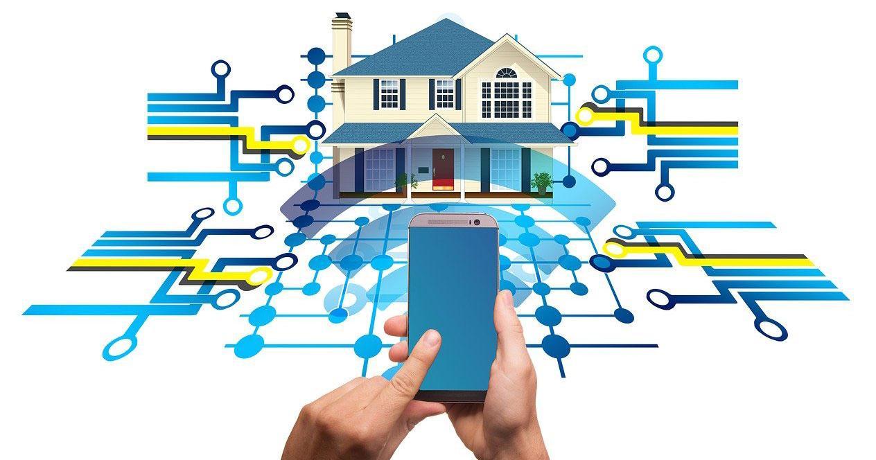 Uso smartphone con casa inteligente